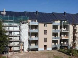 Klar erkennbar: Die innovative Solararchitektur und, das besondere, die gebäudeübergreifenden Solarthermieanlagen