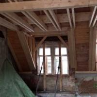 02.02.2015: Mittlerweile konnte auch der Dachstuhl errichtet werden.