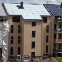 11.06.2015 Auf dem Dach wurde das großflächige Kollektorfeld installiert