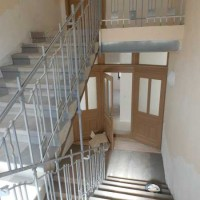 01.10.2015: Das Treppenhaus und die Türen konnten zu großen Teilen erhalten und restauriert werden.