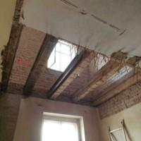 Offene Decken zeigen mögliche Bauschäden. Umfangreiche Sicherungsarbeiten sind notwendig.