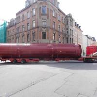 17.06.2015 Ein Schwertransporter liefert den gewaltigen Solartank mit ca. 100 m³ Volumen aus der Schweiz an