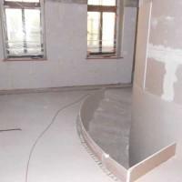 01.10.2015 Ein besonderer Blickfang: Um den Solarspeicher führt eine Wendeltreppe durch die Maisonette-Wohnung