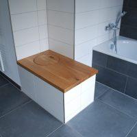 2021-03-26 Bad mit Sitzbank und integriertem Wäscheschacht