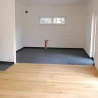 2021-03-26 Wohnzimmer mit Eichenparkett und offene Küche
