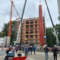 2021-07-20 Speichersetzung Solarturm Aufrichten Warmwasserspeicher